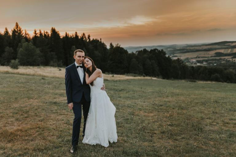 Piękna sesja poślubna o zachodzie słońca